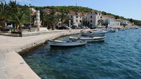 Na oblíbené chorvatské pláži najela loď mezi turisty - anotační foto