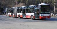 Autobus v pražských Strašnicích narazil do aut, pak najel do budovy statistického úřadu - anotační obrázek