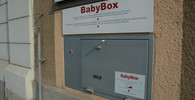 Do babyboxu v Jičíně někdo odložil novorozenou holčičku - anotační obrázek