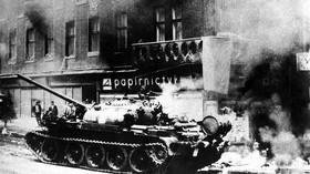 """""""Už pošel?"""" ptali se ruští vojáci nad postřeleným Čechem v srpnu 1968 v okupované Praze - anotační foto"""