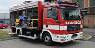 Hasiči zasahují u hořící haly v Litvínově, může se zřítit - anotační obrázek
