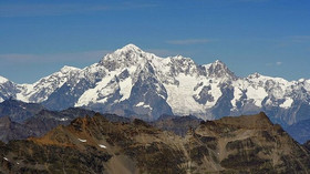 """Francouzská """"invaze"""" na Mont Blanc. Itálie znovu rozdmýchala spor o hranici - anotační foto"""