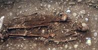 """Neandrtálci nebyli tupí a brutální. """"Hrob s květinami"""" vydal další kostru - anotační foto"""