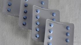 Víte, co udělá s vaším tělem známá modrá pilulka? Viagra působí dlouhé hodiny - anotační foto