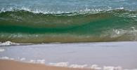 Ztroskotali na opuštěném ostrově, zachránil je nápis v písku - anotační obrázek