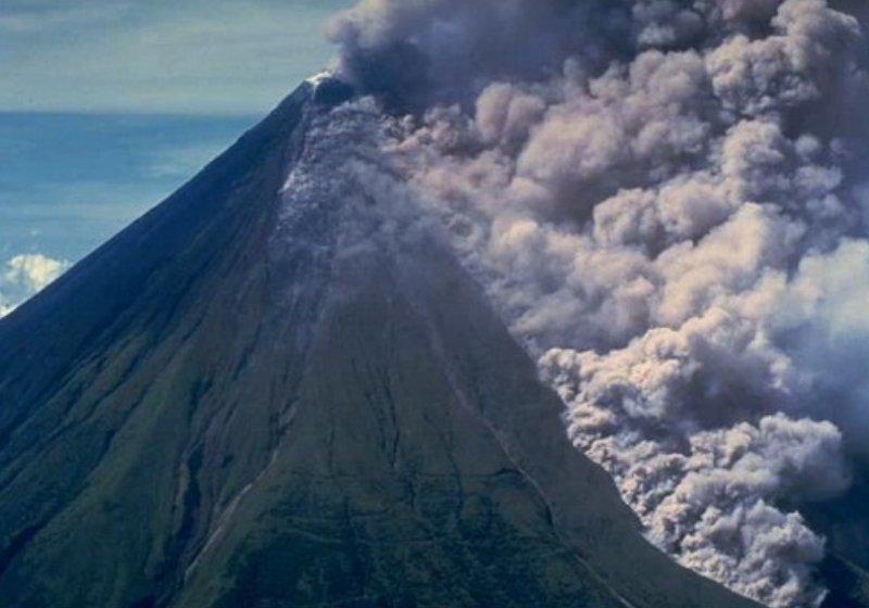 Sopka Agung se probouzí k životy, tisíce lidí jsou na útěku - anotační obrázek