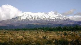 Vulkán Ruapehu - Ruapehu (v překladu z maorštiny hlučná díra) je aktivní stratovulkán, který se nachází asi 40 km jihozápadně od jezera Taupo. Ruapehu je zároveň nejvyšší vrchol Severního ostrova a nejvyšší aktivní sopka na Novém Zélandu. Nachází se v nár