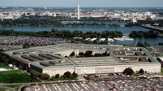 Pentagon (z anglického výrazu pro pětiúhelník) je to mohutná čtyřpatrová stavba ve tvaru pěti soustředných pravidelných pětiúhelníkových okruhů (rings, značených A až E, s délkou strany přes 200 m), protnuté na každé straně třemi spojnicemi. Uprostřed cel