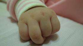 Policista byl před dvěma roky zabit ve službě, teď se mu narodila dcera - anotační foto