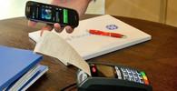 Zaměstnanci v práci na mobilu tráví hodiny, jsou posedlí sociálními sítěmi - anotační obrázek