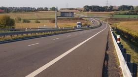 Počet aut na dálnicích v protisměru je alarmující. Jak by se měli řidiči zachovat? - anotační foto