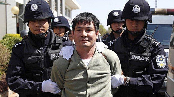 Poplach v Číně: Policie hledá muže, který pobodal pět lidí a vjel do davu - anotační obrázek