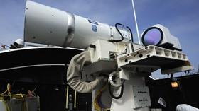 Laserový zbraňový systém (LaWS) byl namontován na loď USS Dewey v San Diegu a otestován na bezpilotním letounu.