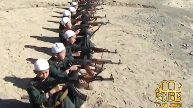 Islamisté cvičí k zabíjení pětileté chlapce