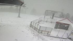 Na horách leží sníh a stále padá další