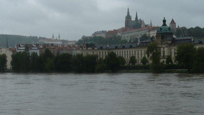 Povodně červen 2013 - Pražské sídlo vlády u stoupající Vltavy