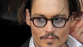 Johnny Depp, vlastním jménem John Christopher Depp, americký herec, známý zvláště pro své výkony ve filmech Střihoruký Edward, Ospalá díra, Piráti z Karibiku, Hledání Země Nezemě nebo Karlík a továrna na čokoládu. Má hvězdu na Hollywoodském chodníku slávy.