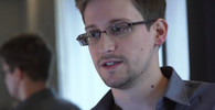 Osobou, která deníku Guardian prozradila, že americké výzvědné úřady špehují ve velkém občany po celém světě, je Edward Snowden, devětadvacetiletý bývalý technický asistent v CIA a současný zaměstnanec zbrojovky Booz Allen Hamilton. Jeho poslední stopy vedou do čínského hotelu The Miro, odkud však zmizel. Některé aspekty nasvědčují tomu, že by mohl být čínským špiónem.