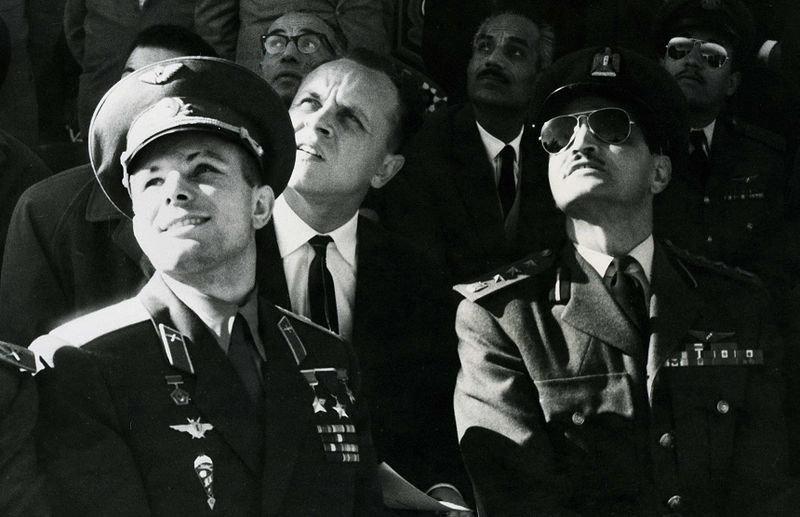 Jurij Gagarin (vlevo) pozoruje vojenskou přehlídku v Egyptě v roce 1962.
