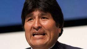 Juan Evo Morales Ayma je vůdcem bolivijské socialistické strany Movimiento al Socialismo a hnutí za práva pěstitelů koky. Dne 22. ledna 2006 se stal prvním domorodým prezidentem Bolívie, poté co získal 54% většinu hlasů.