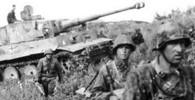 """Vojáci 2. SS-Panzer Division """"Das Reich"""" a tank Tiger postupují na jih voroněžského frontu"""