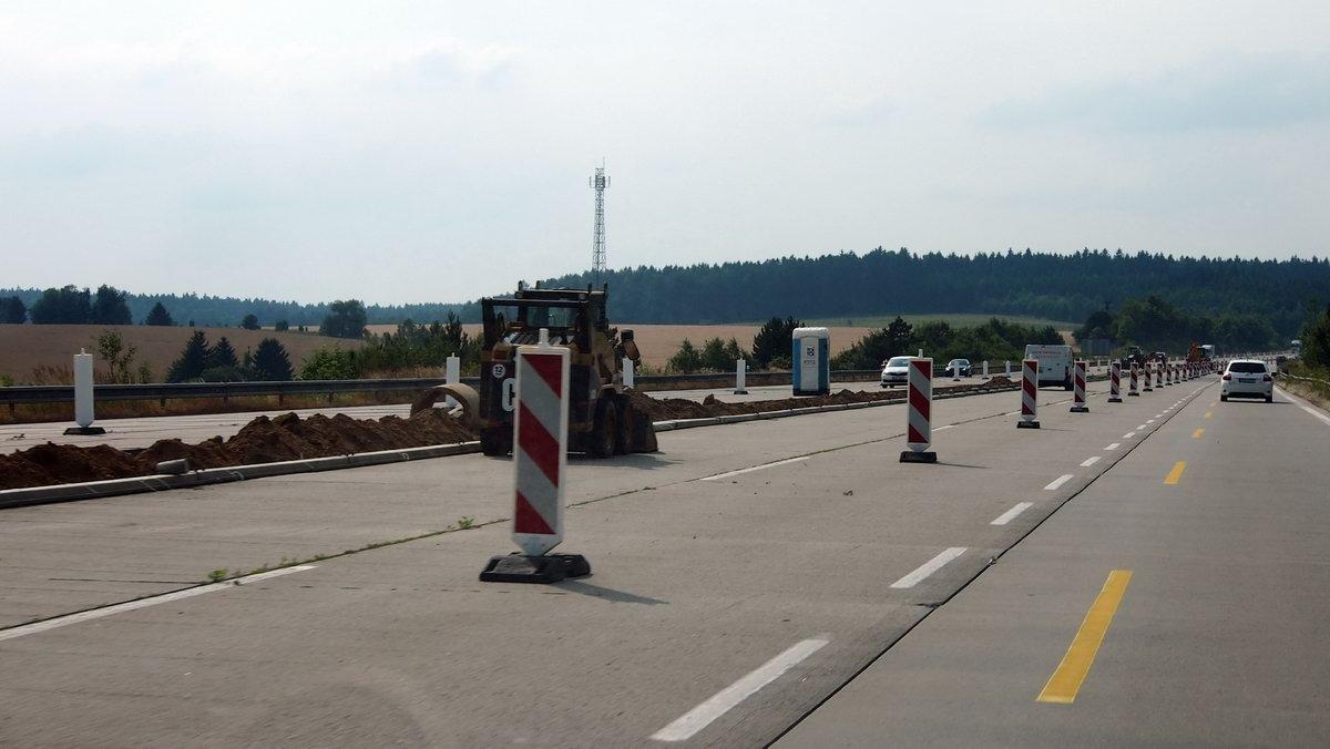 Komentář: Česko konečně zjistilo, že neumí stavět dálnice. Tak to politici raději hodí na řidiče - anotační obrázek