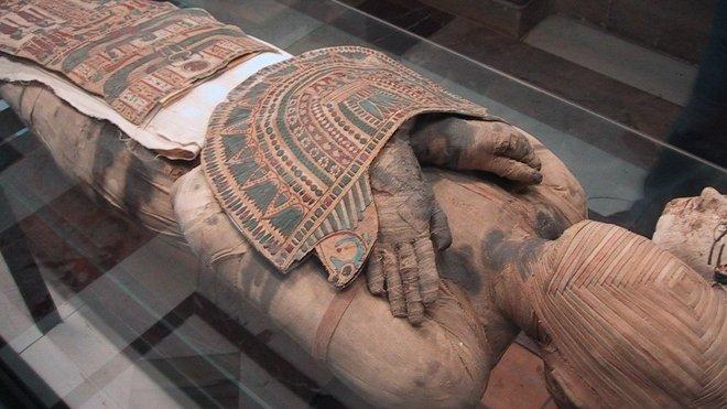 Egyptská mumie v muzeu v Louvru