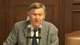 Se svým projevem dnes vystoupil i Miroslav Grebeníček (KSČM), oháněl se slovy Václava Klause