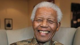 Nelson Mandela, bývalý prezident Jihoafrické republiky a jeden z hlavních bojovníků proti apartheidu. Byl spoluzakladatelem ozbrojeného křídla Afrického národního kongresu Umkhonto we Sizwe, které bylo vládami Jižní Afriky a Spojených států označeno za teroristickou organizaci. Za svou činnost byl režimem apartheidu 27 let vězněn.