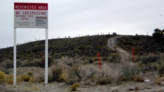 Oblast 51 se nachází mezi regionem Yucca Flats a Nevada Test Site (NTS) - územím testování nukleárních zbraní Amerického úřadu jaderné energie. Jaderný sklad Yucca Mountain je asi 64 kilometrů jihozápadně od Groom Lake.