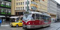 V Praze se srazila tramvaj s nákladním autem, na místě jsou zranění - anotační obrázek