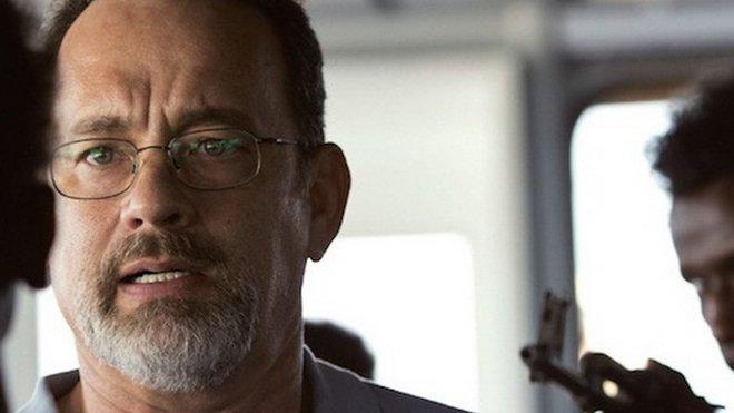 Toma Hanks ve filmu Kapitán Phillips, který je natočen podle skutečné události.