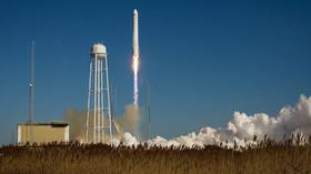 Nosná raketa Antares úspěšně odstartovala z amerického kosmodromu ve státě Virginii s nákladní lodí Cygnus. Jde o první komerční let této soukromé zásobovací lodi společnosti Orbital Sciences k Mezinárodní vesmírné stanici (ISS).