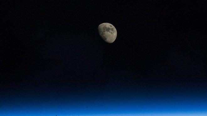 Mezinárodní vesmírná stanice (ISS) - pohled na Měsíc.