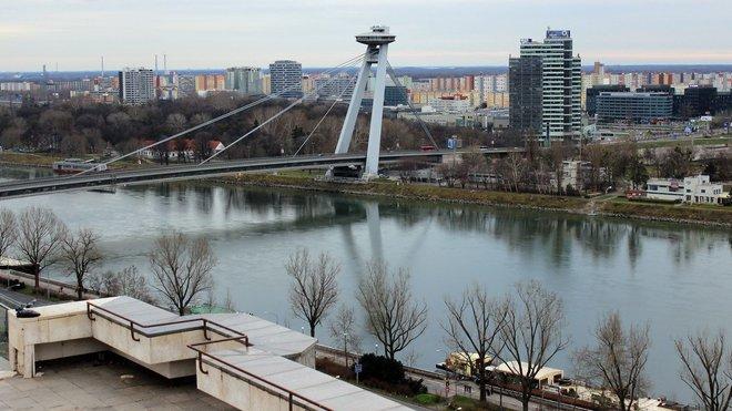 Bratislava, Slovensko - Pohled na Most SNP z terasy Národnej rady SR