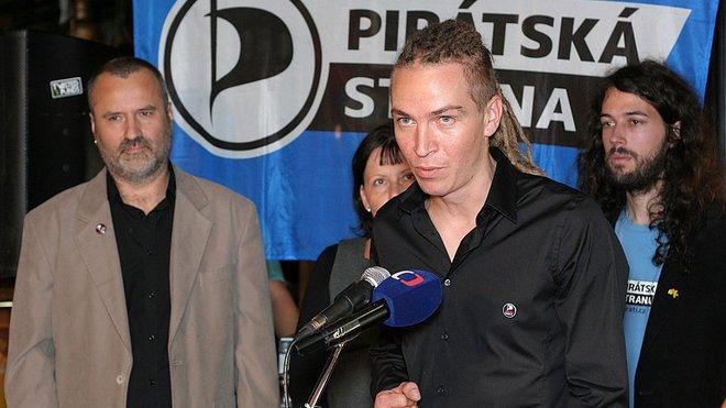 Ivan Bartoš vysvětluje organizaci nejlepšího volebního programu, který má 25(!) stránek.