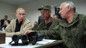 Vladimir Putin dohlíží na vojenské manévry.