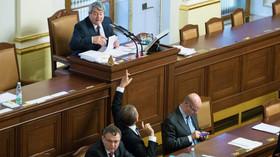 Vojtěch Filip /KSČM/ diskutuje s Andrejem Babišem /ANO/