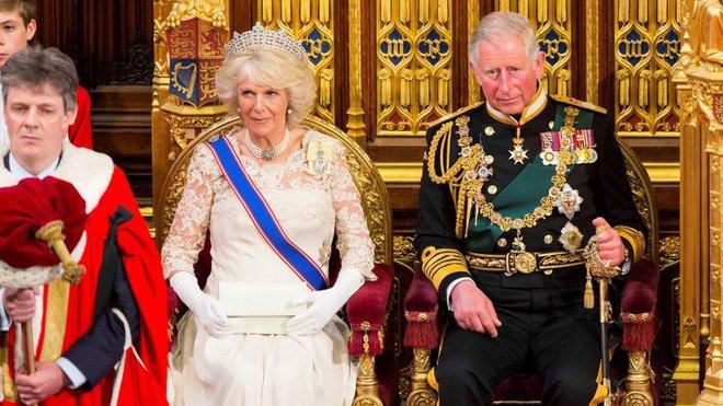 Princ Charles a jeho choť Camilla v britském parlamentu.