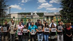 Romové s připomínají památku obětí romské genocidy před prasečí farmou v Letech u Písku