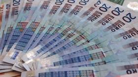 EU chce zakázat platby v hotovosti nad 10 tisíc eur, říká komisařka