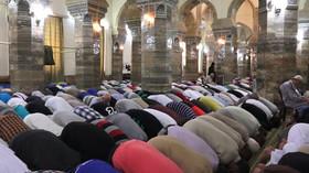 Muslimové poslouchají projev Bakr al-Baghdádího