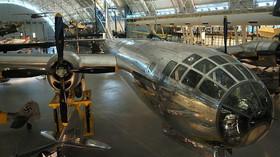 """Bombardér Enola Gay, jeho posádku tvořili bombometčík Thomas Ferebee, pilot Paul Tibbets, navigátor Theodore """"Dutch"""" van Kirk a druhý pilot Robert Lewis"""