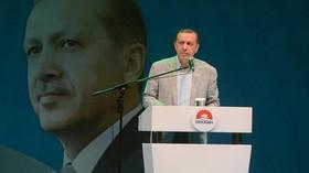Zabijte Erdogana jeho vlastními zbraněmi. Švýcarsko zahájilo vyšetřování kvůli transparentu - anotační foto