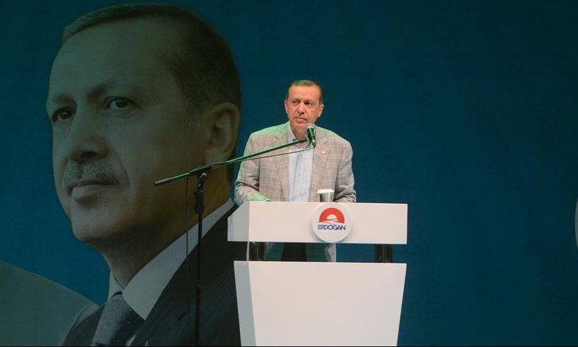 Zabijte Erdogana jeho vlastními zbraněmi. Švýcarsko zahájilo vyšetřování kvůli transparentu - anotační obrázek
