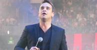 Na koncertě Robbieho Williamse zazpíval i jeho otec s manželkou, tleskalo jim na 30 tisíc lidí - anotační obrázek