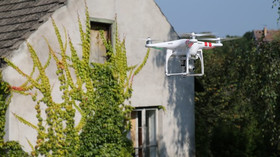 Dron neboli kvadrokoptéra za letu