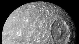 Jeden z 62 měsíců obíhajících kolem planety Saturn