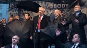 Vzpomínková akce na 17. listopad 1989 a demonstrace proti Zemanovi před očima čtyř dalších prezidentů.