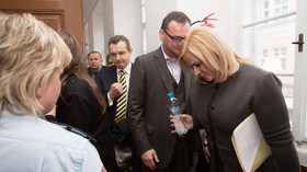 Advokát Jiří Matzner (vlevo), Jana Nečasová a Petr Nečas u Obvodního soudu pro Prahu 1